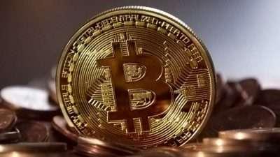Многие для расчетов пользуются криптовалютой. Ее отличие от рубля или доллара – нет подкрепления от материальных ресурсов. Концепция появления Биткоина стала причиной его необычности – цифровая природа позволяет обеспечить равномерное распределение этой системы по миру. Как получить Биткоин? Для овладения криптовалютой существует несколько способов: можно купить биткоин, обменяв его на любую действующую валюту, получить, как вознаграждение за выполнение определенной работы. Первичным источником является майнинг или генерация с использованием математических исчислений. По теории, при наличии компьютеров можно установить программы специально для майнинга, чтобы начать зарабатывать нереальную валюту Биткоин. Для понимания сути Биткоинов, следует ознакомиться, как они добываются. Особенностями процесса является экономическая рациональность майнинга, на которую влияет мощность имеющегося для работы компьютера. В аппарате нужно установить самую сильную видеокарту, чтобы появился смысл приступать к генерации. До начала работы сутки необходимо определять скоростной режим майнинга, затем сравнить фактические затраты на электроэнергию и получаемую прибыль. Для ускорения процедуры приобретения Биткоинов рекомендуется объединиться с несколькими единомышленниками, чтобы получить ресурсы сетей всех участников. Из-за очень сложных вычислений ограничена скорость генерации валют BTC, даже наличие сильных конфигураций ограничивает мощность обычного компьютера, используемого для этого процесса. Чтобы перейти на профессиональное получение криптовалюты, необходимо приобрести специализированное оборудование. В чем преимущества Биткоина? Противовесом реальных денег создана криптовалюта Биткоин. Она призвана быть конкурентом национальных валют. В результате продукт имеет несколько особенностей: возможность оформления мгновенных переводов с характеристиками аналогичными электронным деньгам: WebMoney, Qiwi; круглосуточный режим переводов Биткоин с сохранением лучших качеств ЭПС; использовани